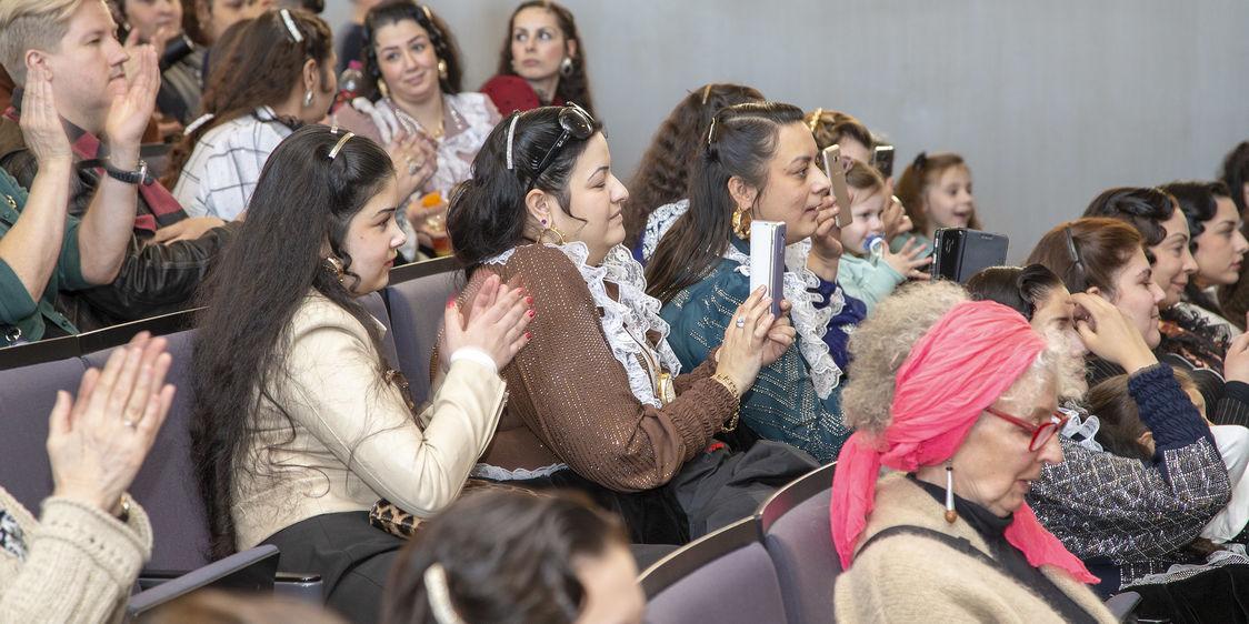 Yleiso seuraamassa musiikkiesityksia Amengo Museum tapahtumassa
