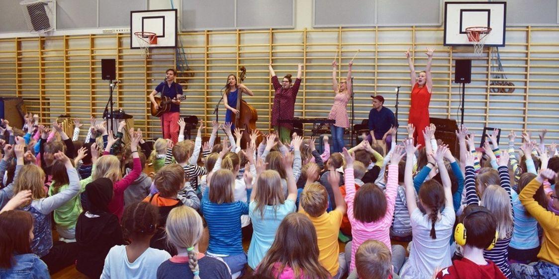 Pikku Papun orkesteri esiintyy koululaisille