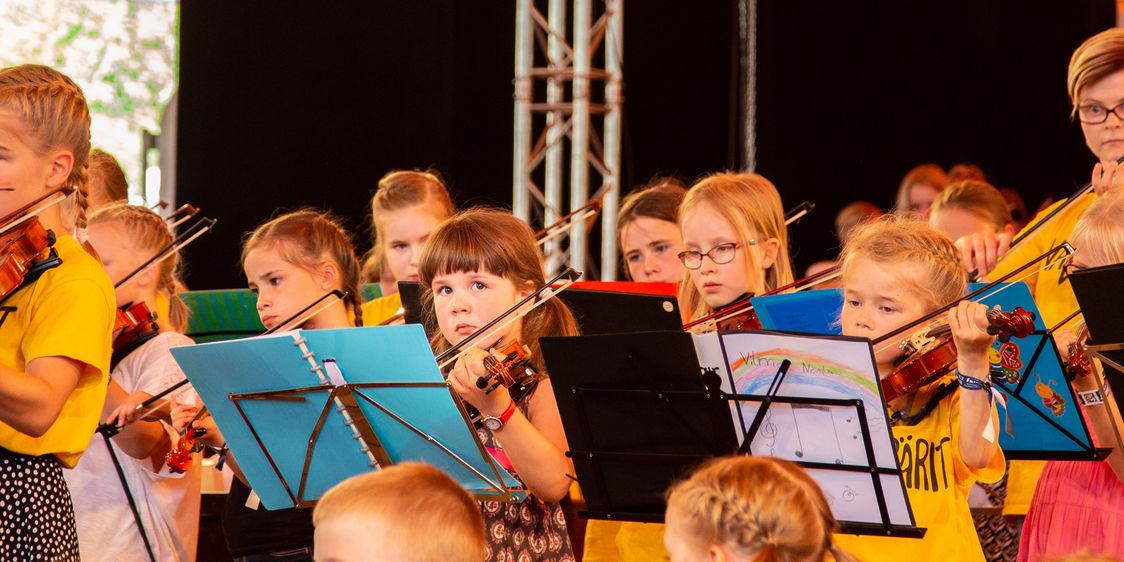 Orkesteri soittaa Kaustisen kansanmusiikin festivaaleilla
